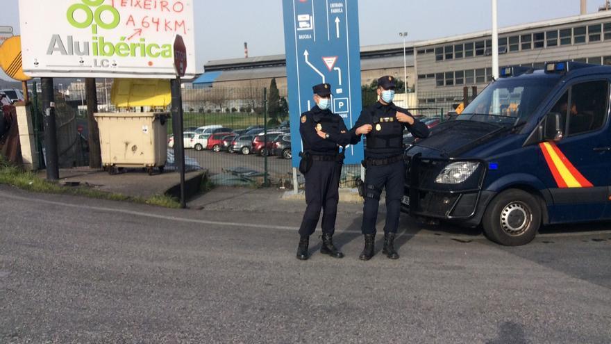La Policía Nacional toma las fábricas de Alu Ibérica en A Coruña y Avilés