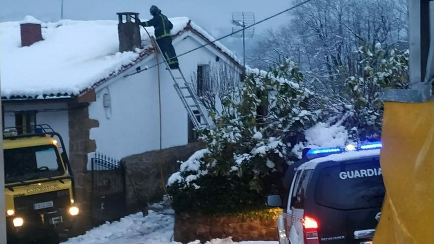 Dos intoxicados por una fuga de gas en una vivienda de Santa Eulalia de Cabranes