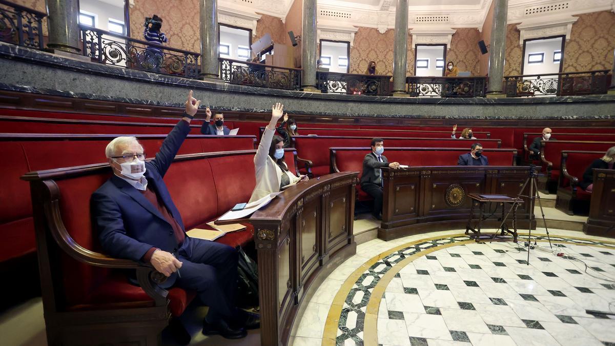 El equipo de gobierno vota una propuesta en conjunto.