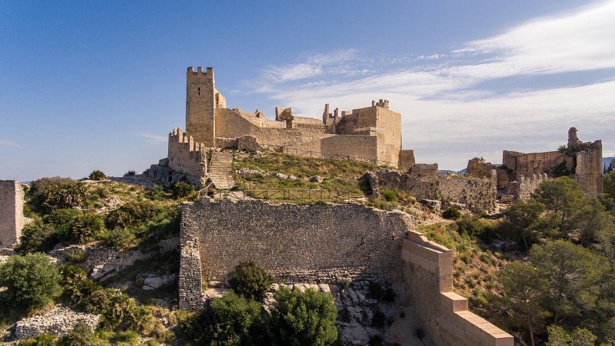 El castillo de Alcalà de Xivert se alza en las estribaciones de la Serra d'Irta.