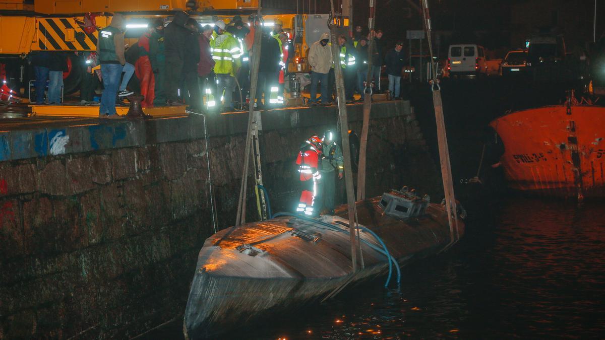 Labores de reflotación del narcosubmarino en el puerto de Aldán.