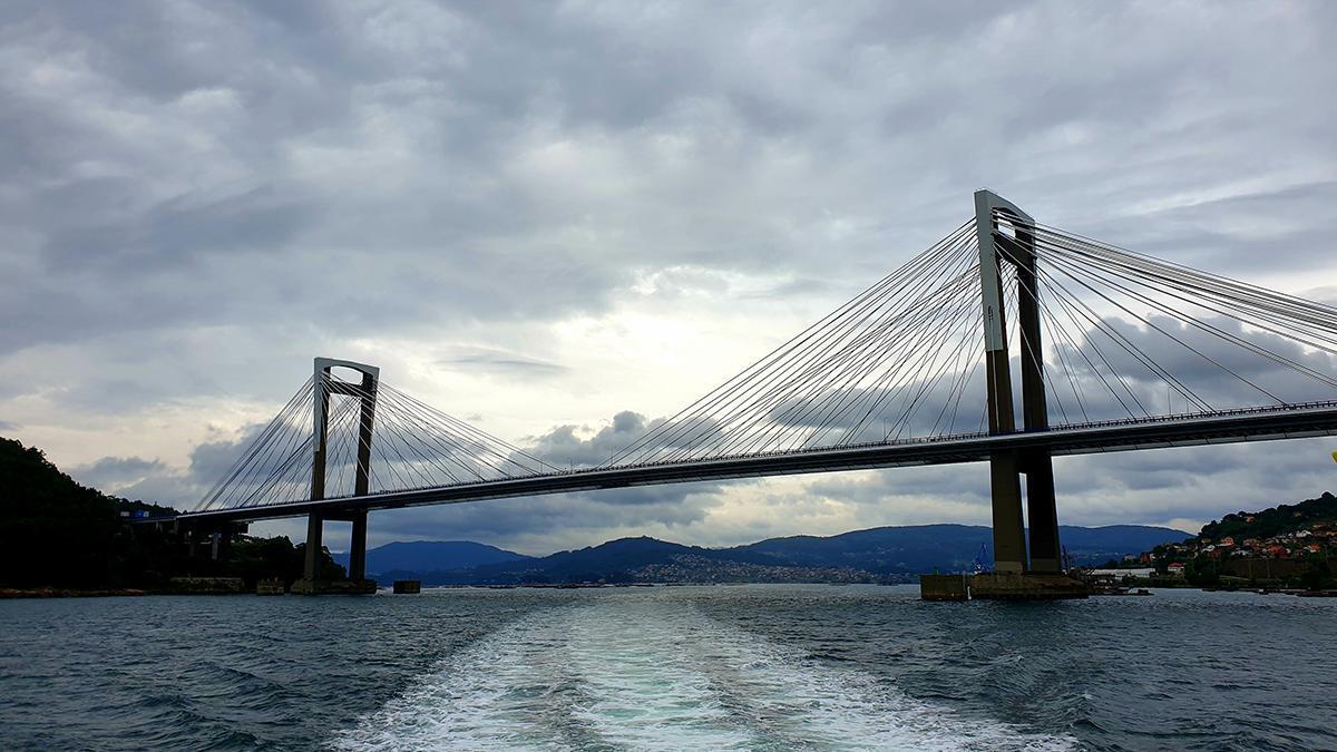 Vista de la ría de Vigo, con el puente de Rande en primer término, esta mañana