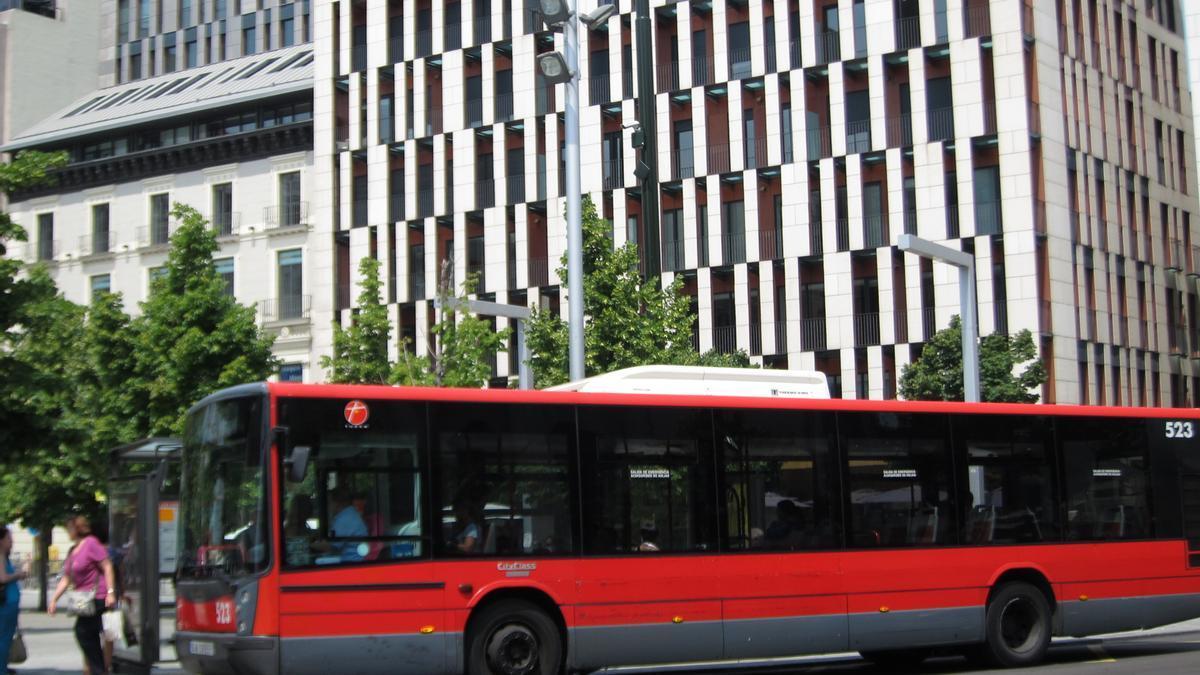 Autobús urbano en una parada en la plaza de España de Zaragoza.