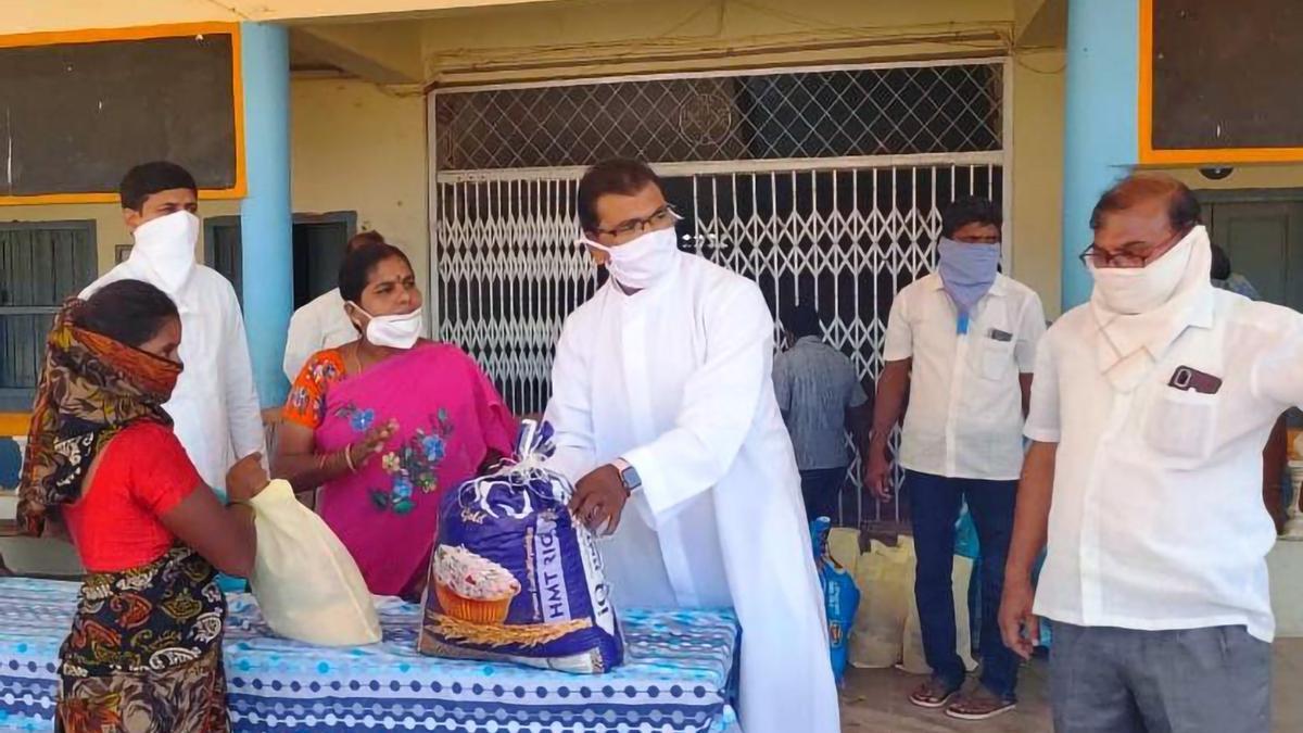 El padre Balashowreddy Jaddu, en Telengana (India), estado en el que ejerce como sacerdote.