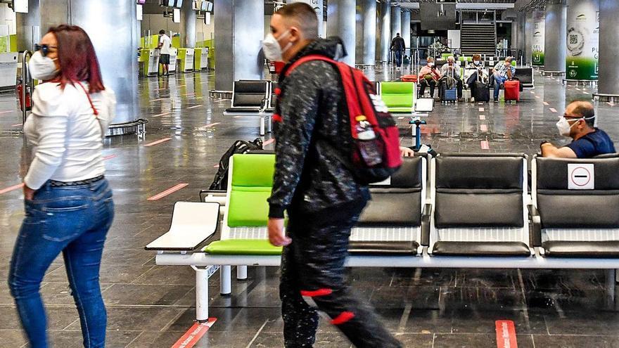 Los viajeros ya vacunados, liberados del PCR para entrar en Canarias
