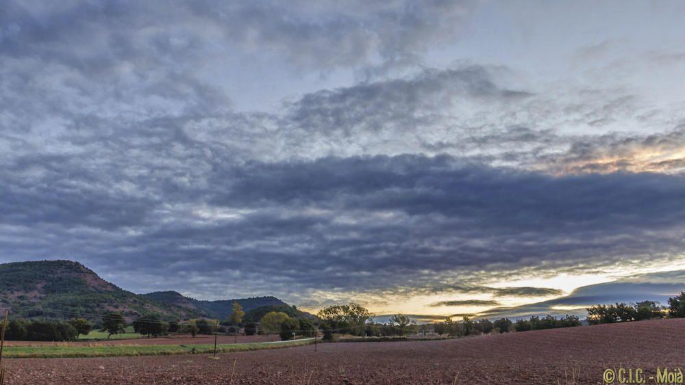 Albada amb núvols al Moianès.