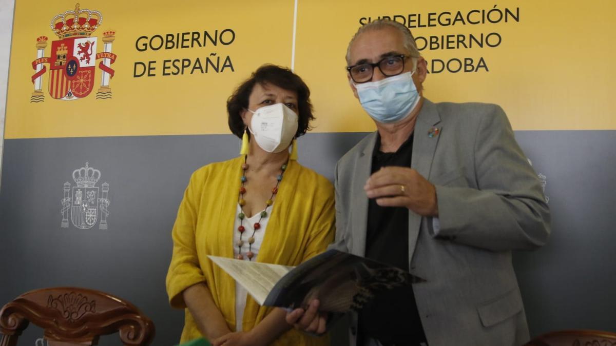 Rafaela Valenzuela y Joaquín Páez, este jueves en la Subdelegación de Córdoba.