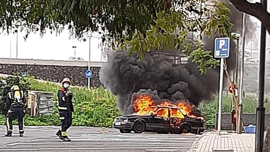 Arde un vehículo que usaban dos personas para vivir frente al Pancho Camurria