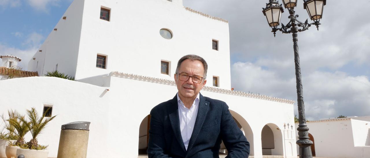 Josep Marí Ribas posa delante de la iglesia de Sant Josep. J. A. Riera