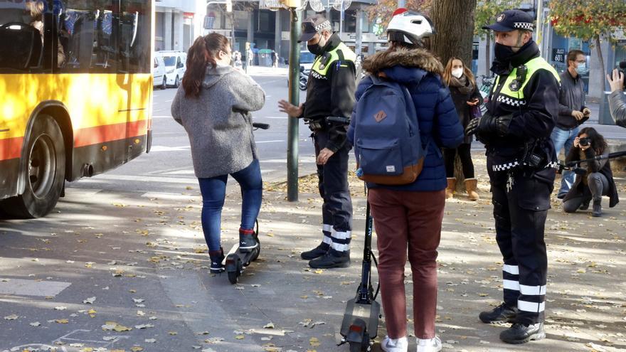 Girona multa 576 usuaris de patinets elèctrics des de principi d'any, la gran majoria per circular sense casc