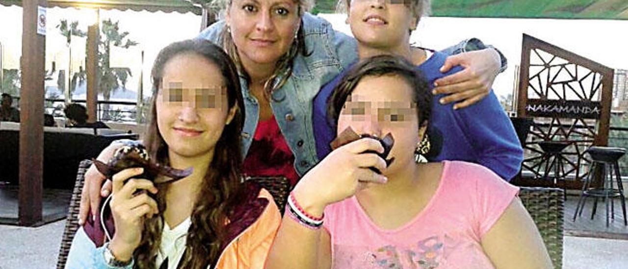 Begoña y sus tres hijas menores de edad, 17,13 y 11 años, en una imagen reciente.