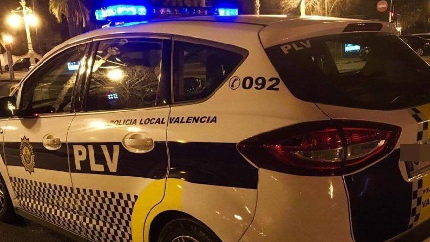 Un hombre golpea a su pareja mientras conducía y provoca un accidente en València