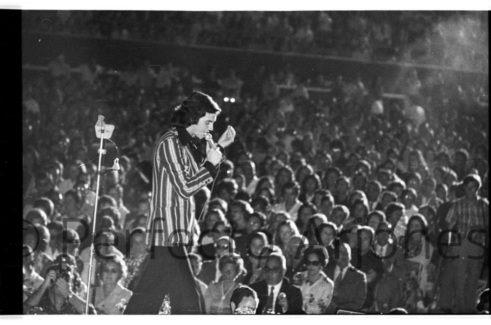 UNO DE LOS PARTICIPANTES EN EL FESTIVAL DE LA CANCIÓN DE 1975.