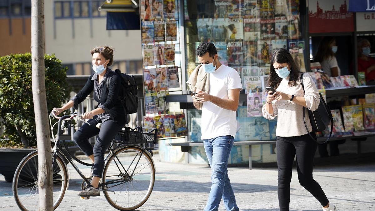 Gent pel carrer amb la mascareta.
