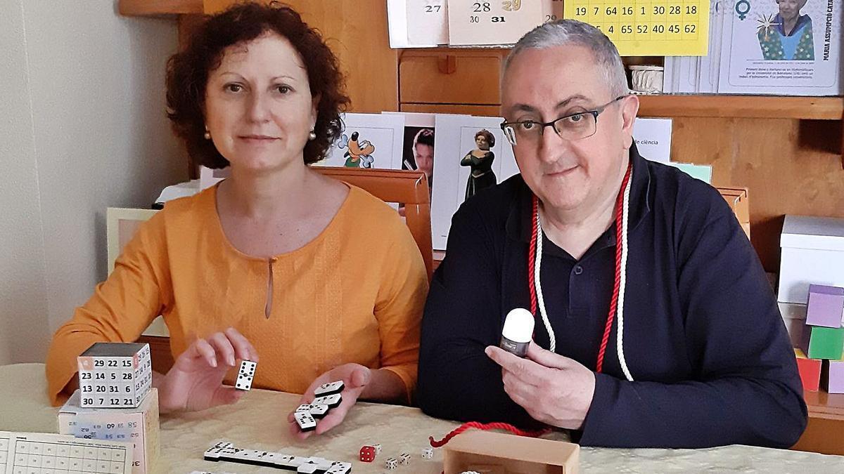 Pilar Gandia i Enric Ramiro, amb material per a fer matemàgia. | LEVANTE-EMV