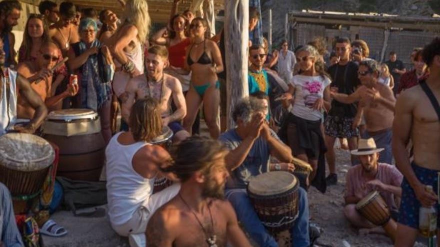 Decenas de personas se congregan en una playa de Ibiza sin mascarillas ni distancia durante el fin de semana