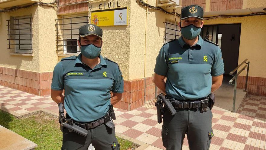 Dos agentes de la Guardia Civil asisten un parto en carretera en Badajoz