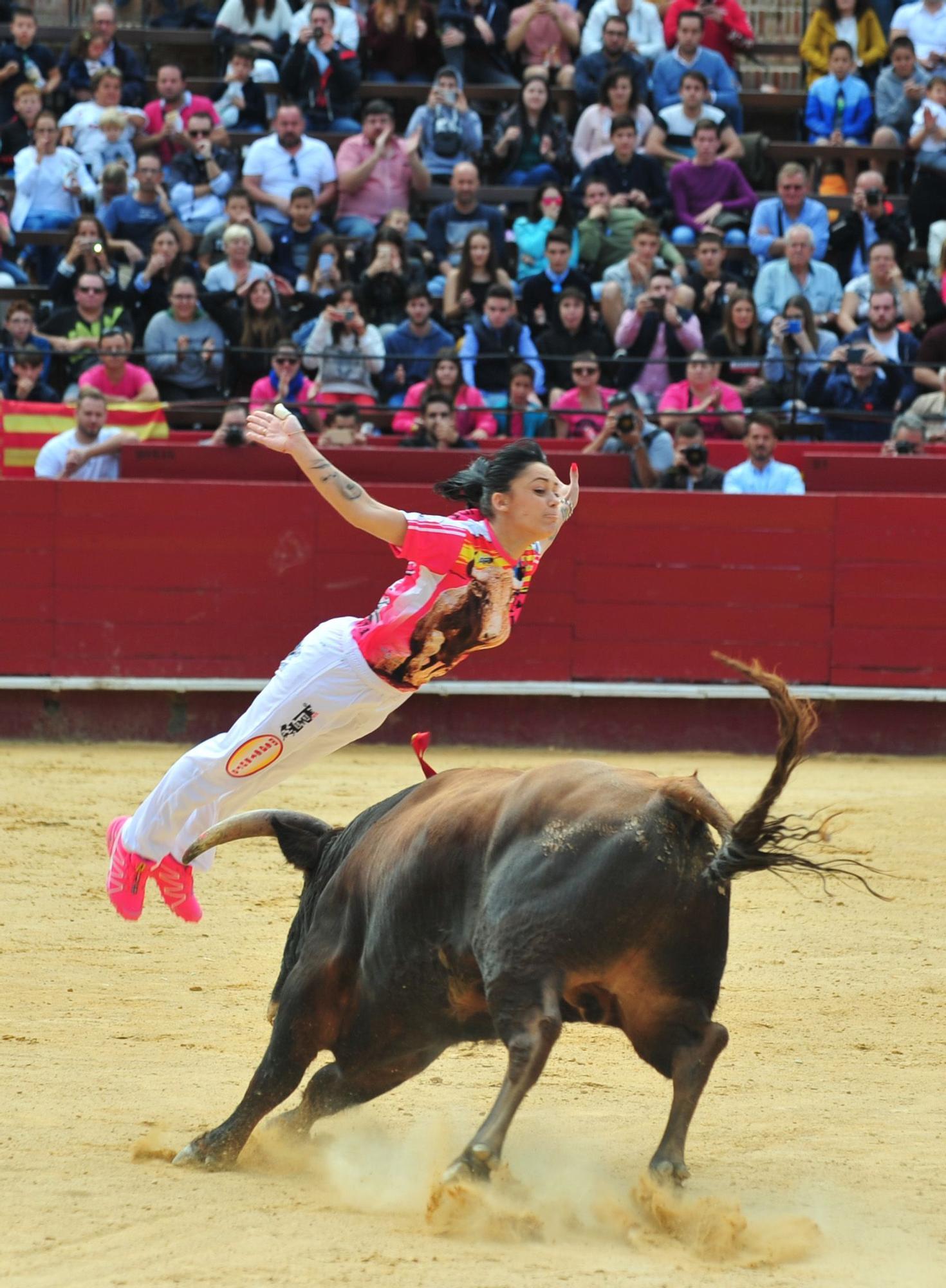 'Sarita', en uno de sus saltos como recortadora de toros. Foto de Alberto de Jesús