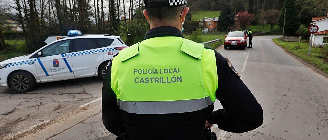 Agentes de la Policía Local de Castrillón, en un control del cierre perimetral en la carretera de la Plata. | M. V.