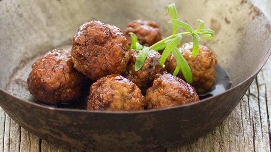 Albóndigas caramelizadas con vermut, una propuesta muy suculenta