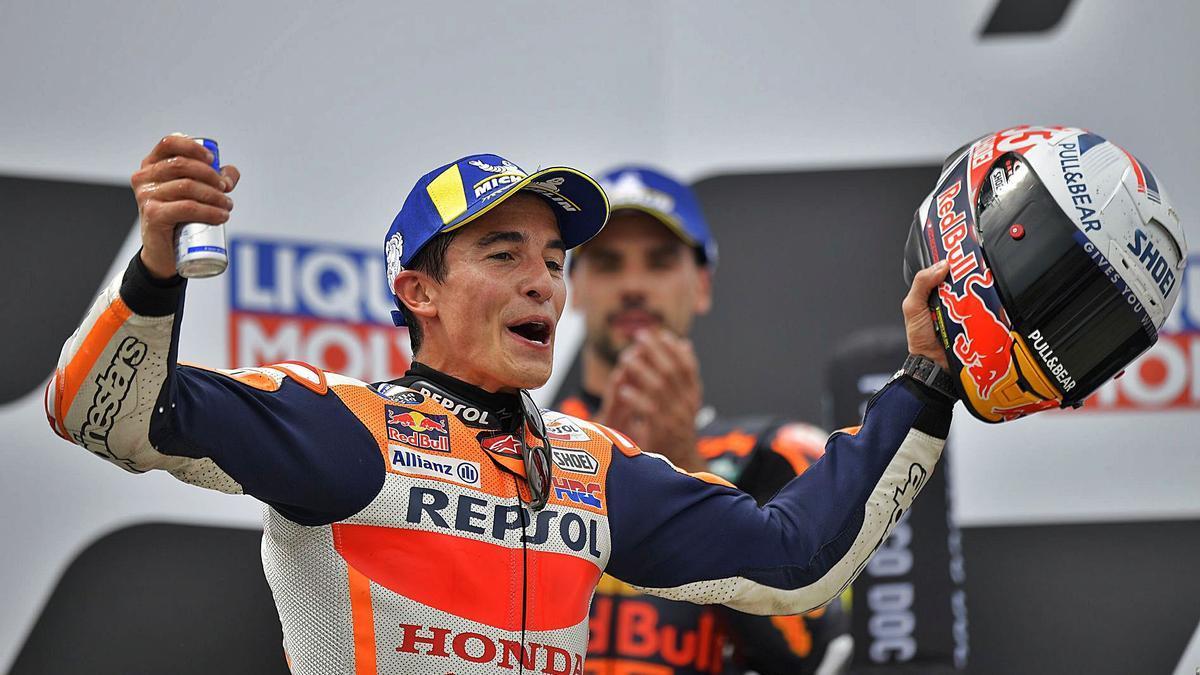 Marc Márquez celebra la victòria en el Gran Premi d'Alemanya, la primera després de tornar de la greu lesió.   REUTERS/MATTHIAS RIETSCHEL