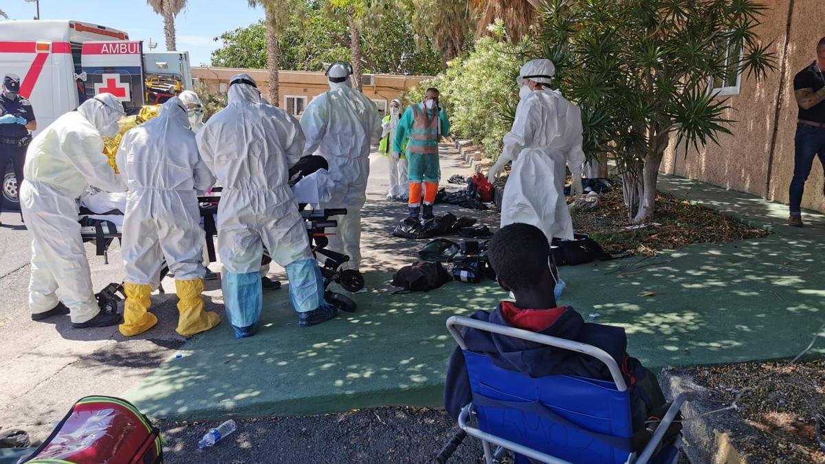 Atención a los inmigrantes rescatados a 102 millas al sur de El Hierro.