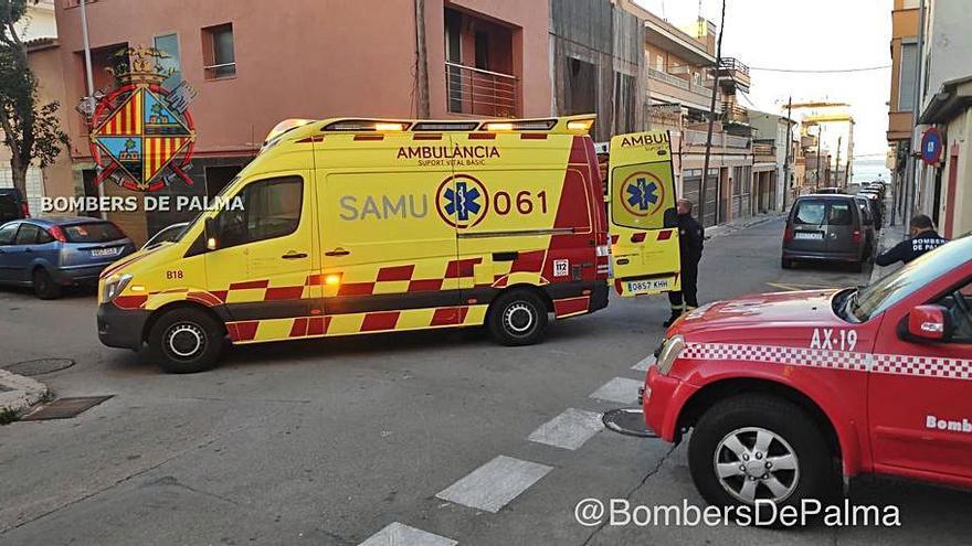 Los bomberos auxilian a una persona obesa atrapada tras una caída en su casa en Palma