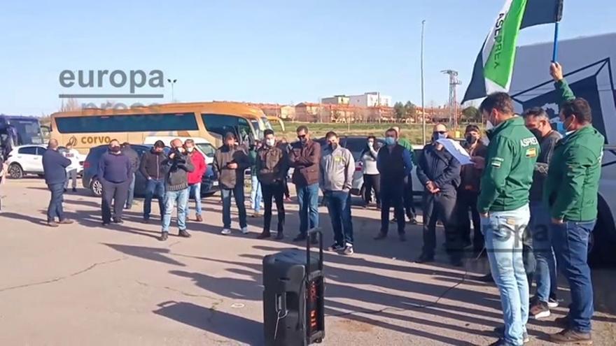 Autónomos, transportistas y agricultores reúnen decenas de coches en Mérida para pedir medidas