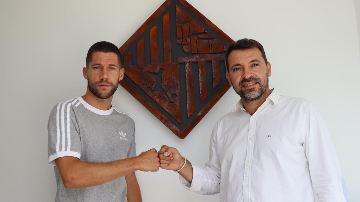Raúl Campos y JoséTirado chocan el puño tras haber llegado a un acuerdo para la continuidad del ala madrileño.