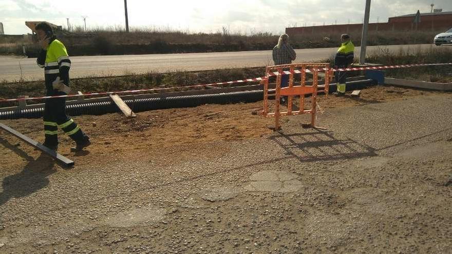Operarios municipales acometen los trabajos de canalización de agua en una zona del polígono.