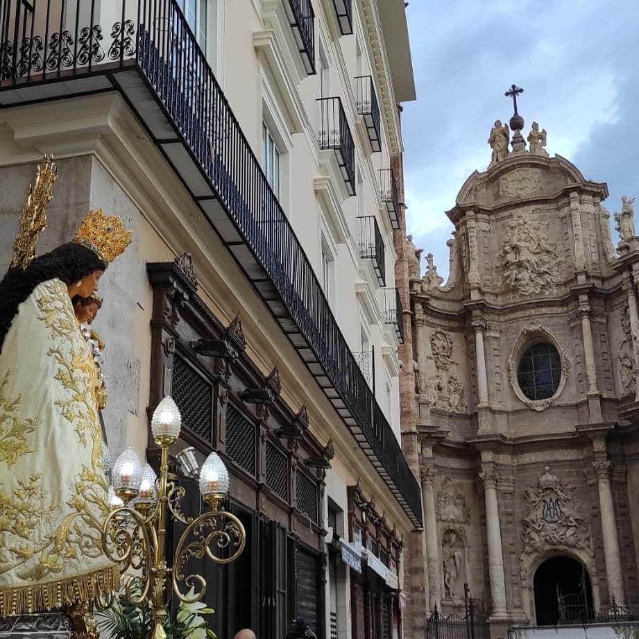 La Hermandad de Seguidores saca la imagen de la Virgen a hombros por el centro de la ciudad en el Rosario de la Aurora