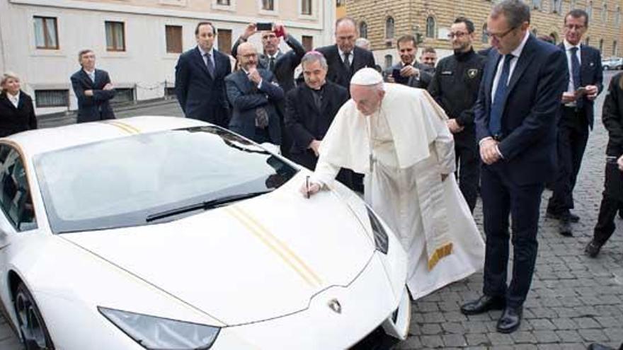 Un curioso regalo para el Papa con fines benéficos