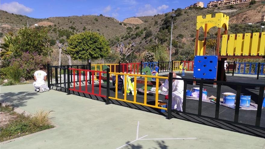 El Ayuntamiento de Rincón de la Victoria pone a punto los parques infantiles del municipio
