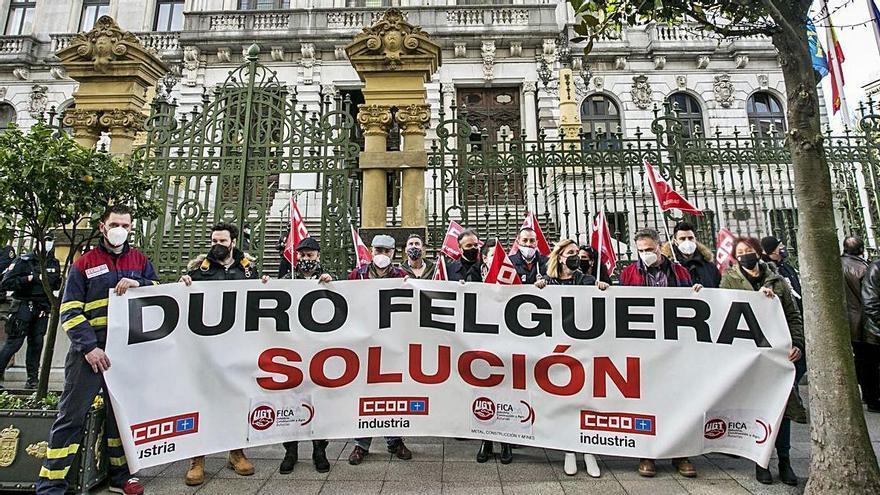 reclamación SINDIcAL. Los sindicatos regionales del sector industrial de CC OO y UGT y delegados sindicales de Duro Felguera reclamaron ayer, ante la sede del parlamento regional, una rápida intervención del Estado, a través de la SEPI, para rescatar a la centenaria compañía asturiana. | Irma Collín