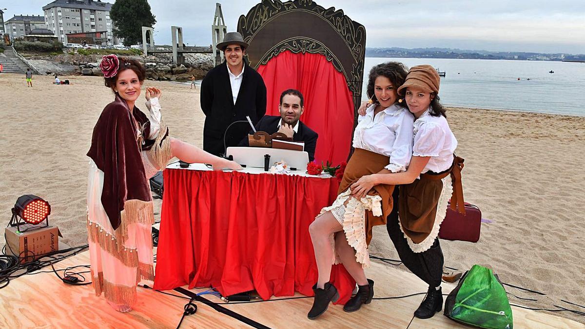 Los actores de la Compañía Noite Bohemia, ayer, en la playa de San Amaro.   | // VÍCTOR ECHAVE