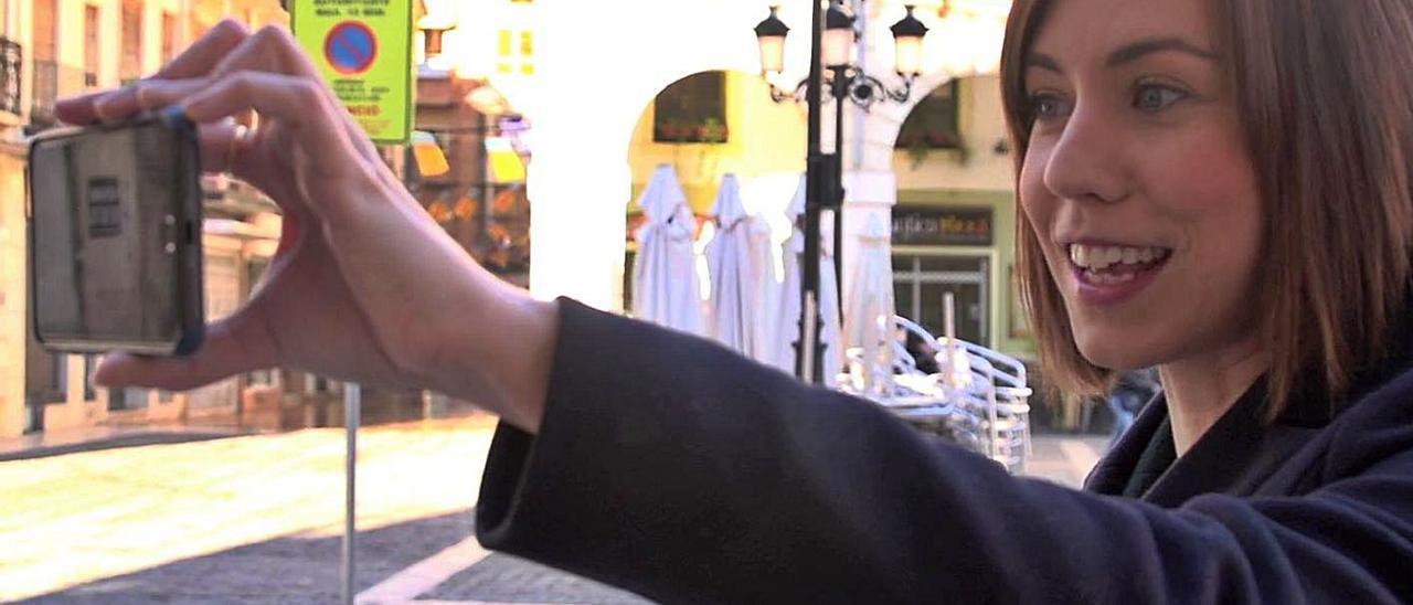 Morant se autograba con su móvil a la puerta del ayuntamiento en su periodo como alcaldesa.   LEVANTE-EMV