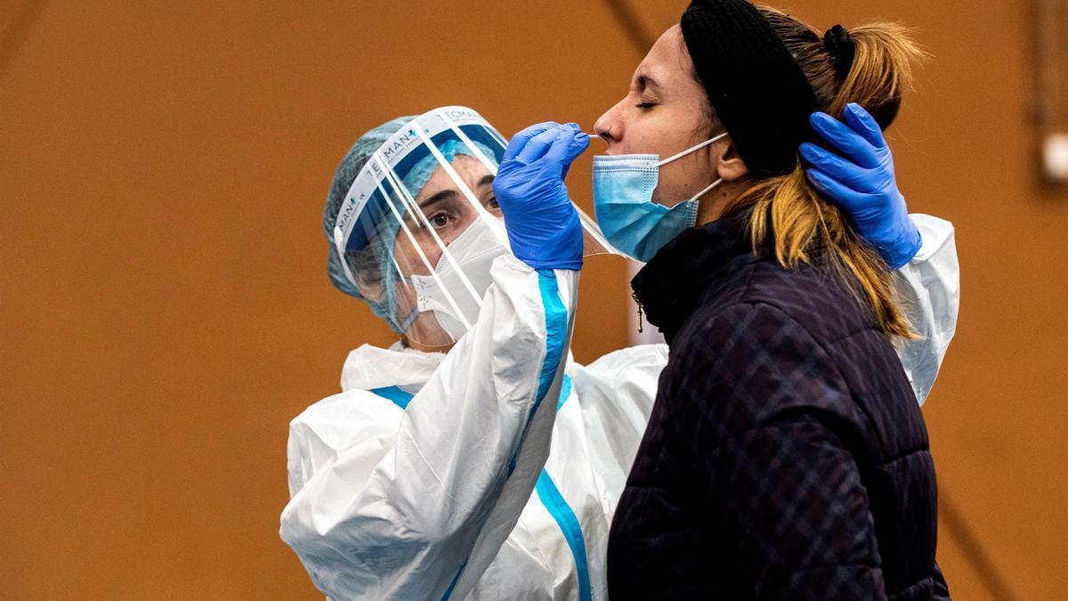 Una mujer se somete a una prueba PCR