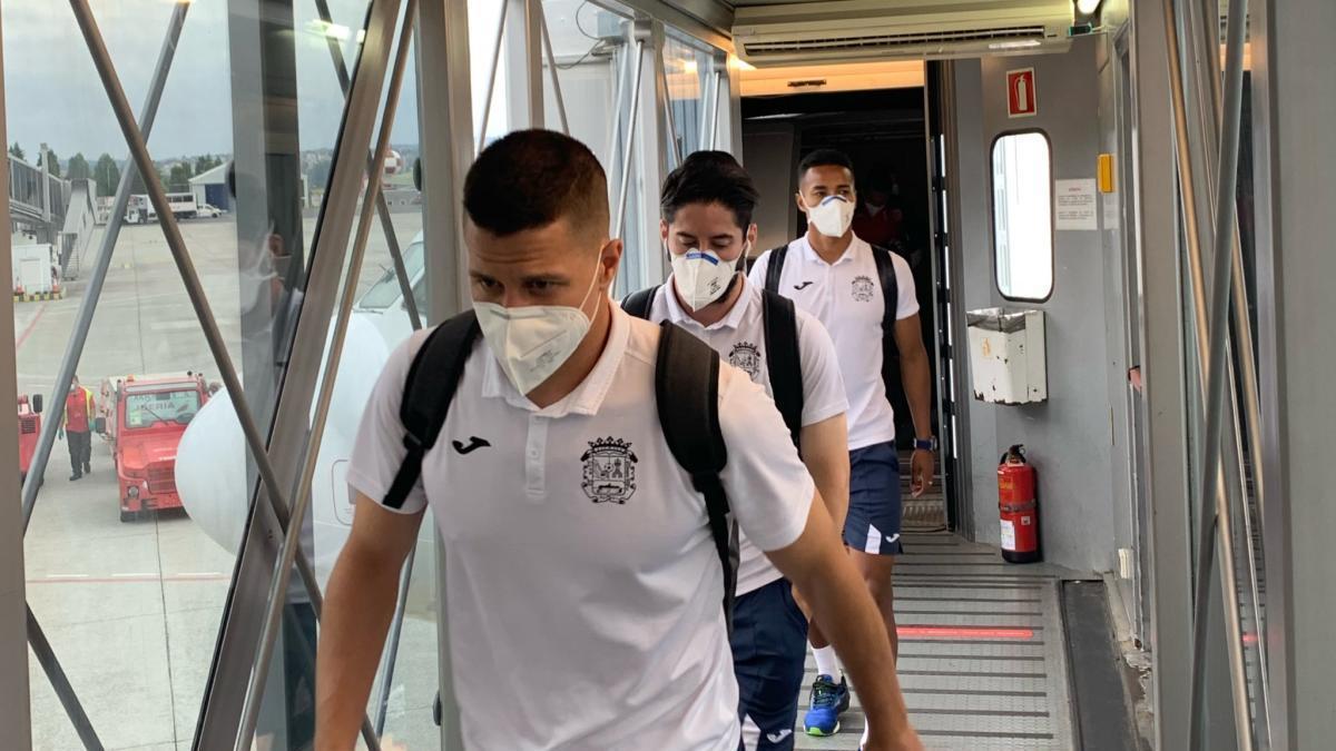 Futbolistas del Fuenlabrada, ayer tras aterrizar su avión en Alvedro.