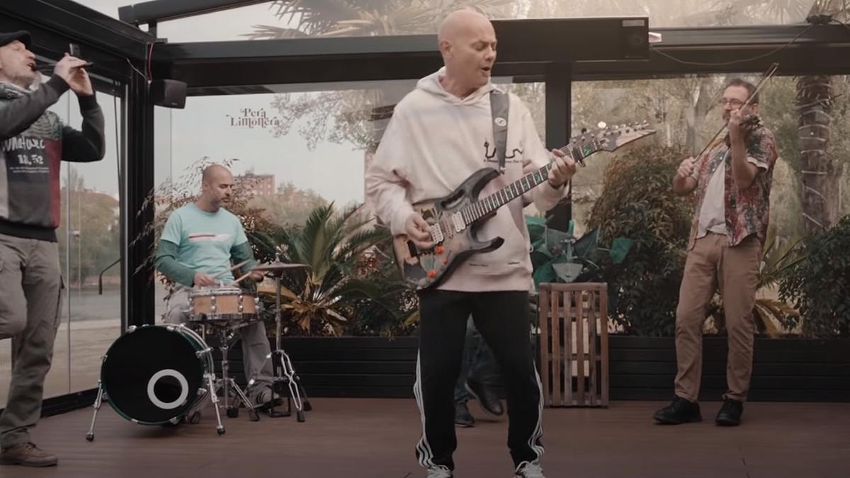 Celtas Cortos, en el vídeo de 'Mañana sale el sol'.