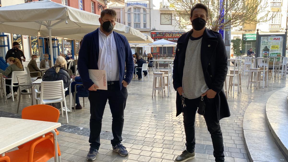 Sguiglia, a la izquierda, ha dado hoy la rueda de prensa acompañado por el dueño de un restaurante.