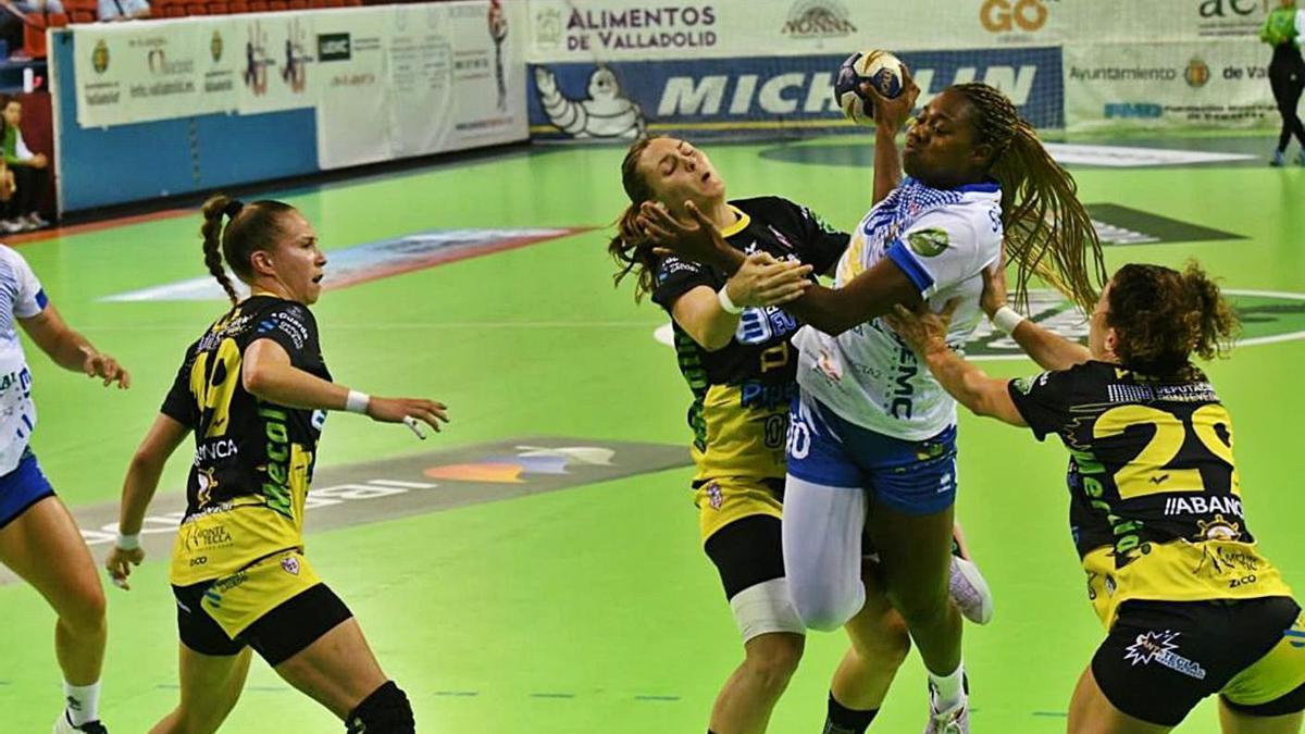 La defensa del Mecalia Guardés intenta frenar a una jugadora del Valladolid, ayer. |  // @VGGARIBAY