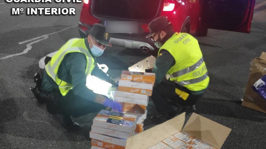 La Guardia Civil interviene en el peaje de Vilaboa más de mil cajetillas de tabaco de contrabando