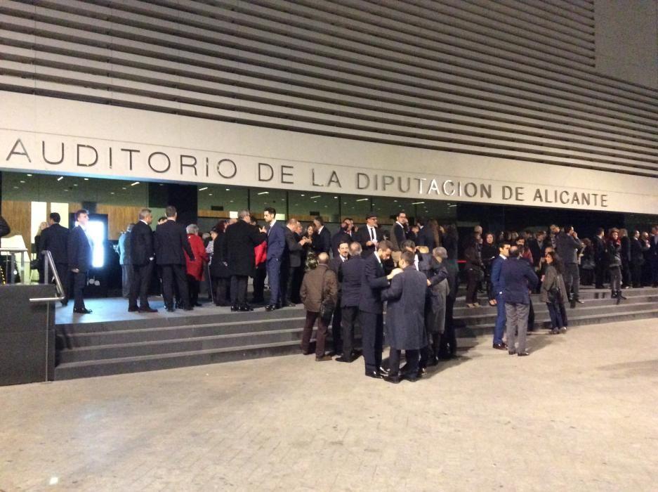 Las puertas del ADDA, cada vez más concurridas conforme se acerca la hora de la gala