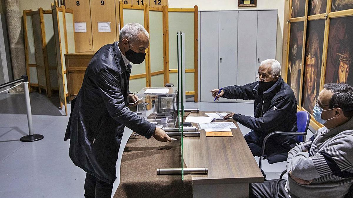 Antonio Martín Alén, que repite como presidente, durante la jornada electoral de ayer. | Emilio Fraile