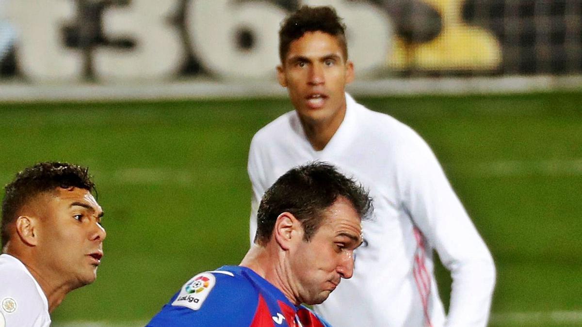 Kike García y Casemiro pugnan por el balón, con Varane siguiendo la jugada, ayer, en Ipurúa. |  // JUAN HERRERO