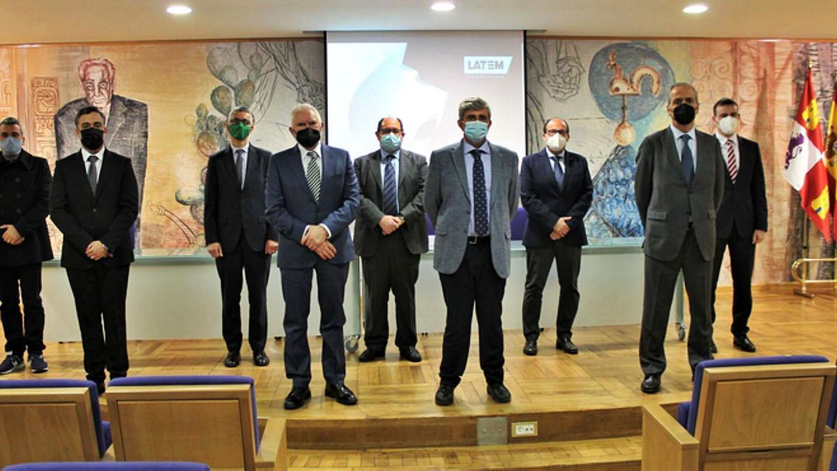 Representantes de la ULE y de la empresa Latem Aluminium, tras la firma del convenio ayer.