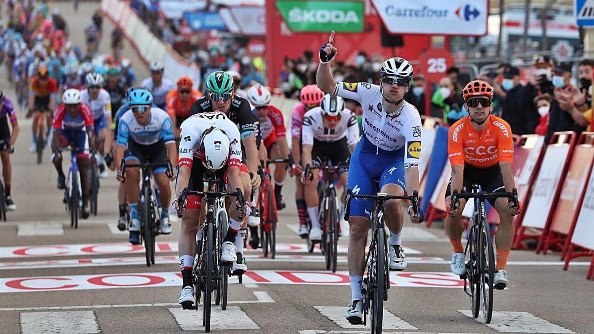 Sam Bennet celebra la victoria en Aguilar del Campoo antes de ser descalificado.  | EPA/KIKO HUESCA