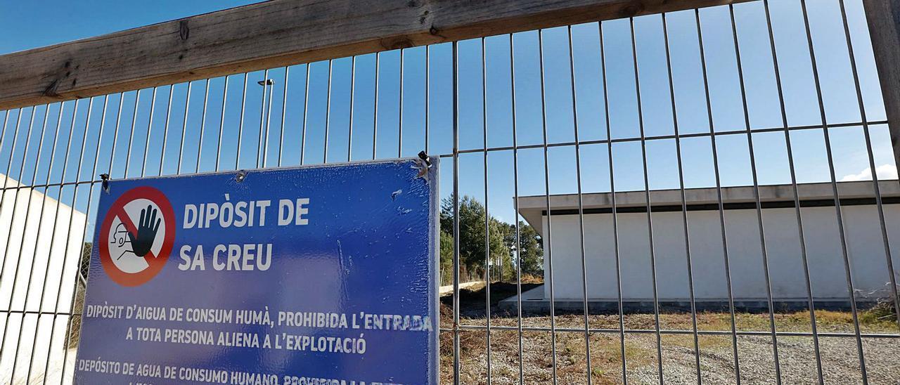 El depósito de agua de Sant Rafel que nunca se ha utilizado se halla junto al campo de fútbol.