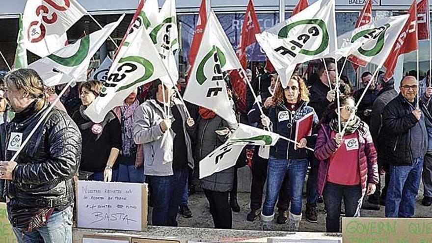 """Protesta de los trabajadores de la CAIB por sus condiciones laborales """"precarias"""""""