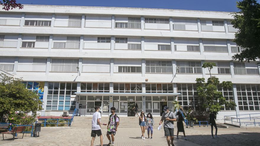 Asociaciones de padres cargan contra la Ley Celaá «por regalar títulos sin estudiar»